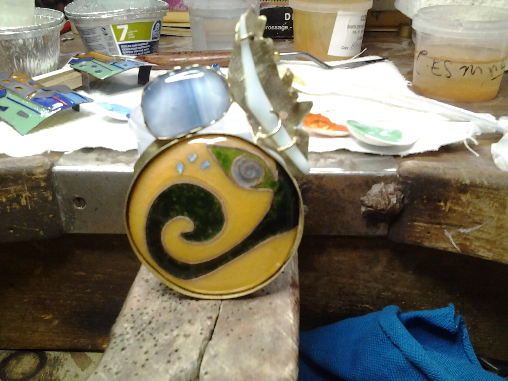 Pieza esmaltada con cloisonné, cabujón para piedra y engarzado con garras de vidrio